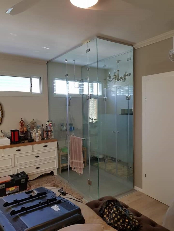 מחיצת זכוכית חדר שינה מקלחת
