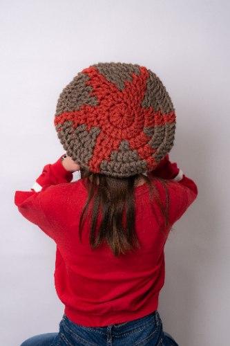 כובע ברט עם דוגמא