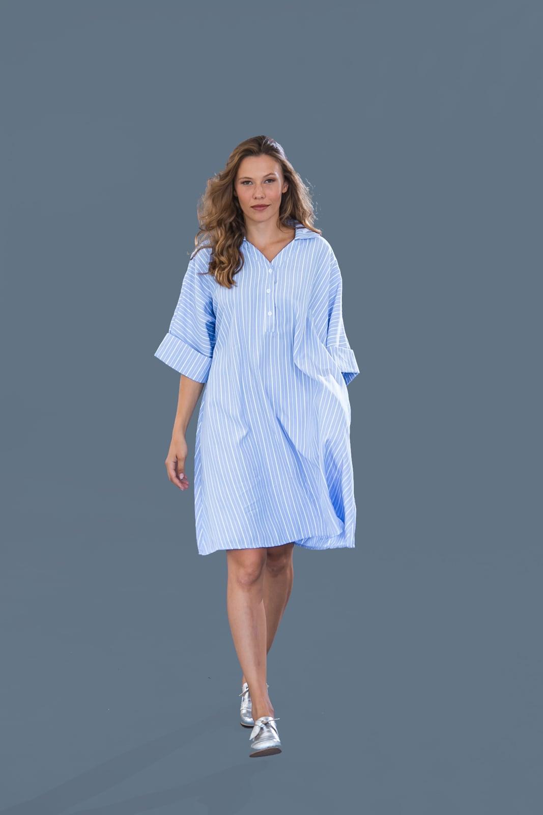 שמלת קימונו תכלת עם פסים.
