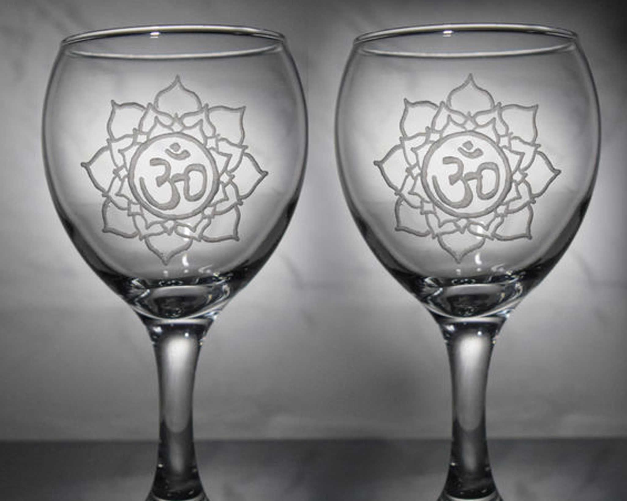 פרחי לוטוס בכוסות יין
