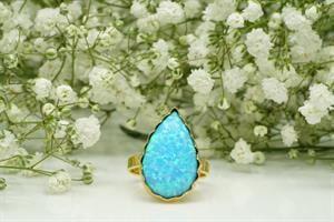 טבעת זהב משובצת באופל כחולה בצורת טיפה
