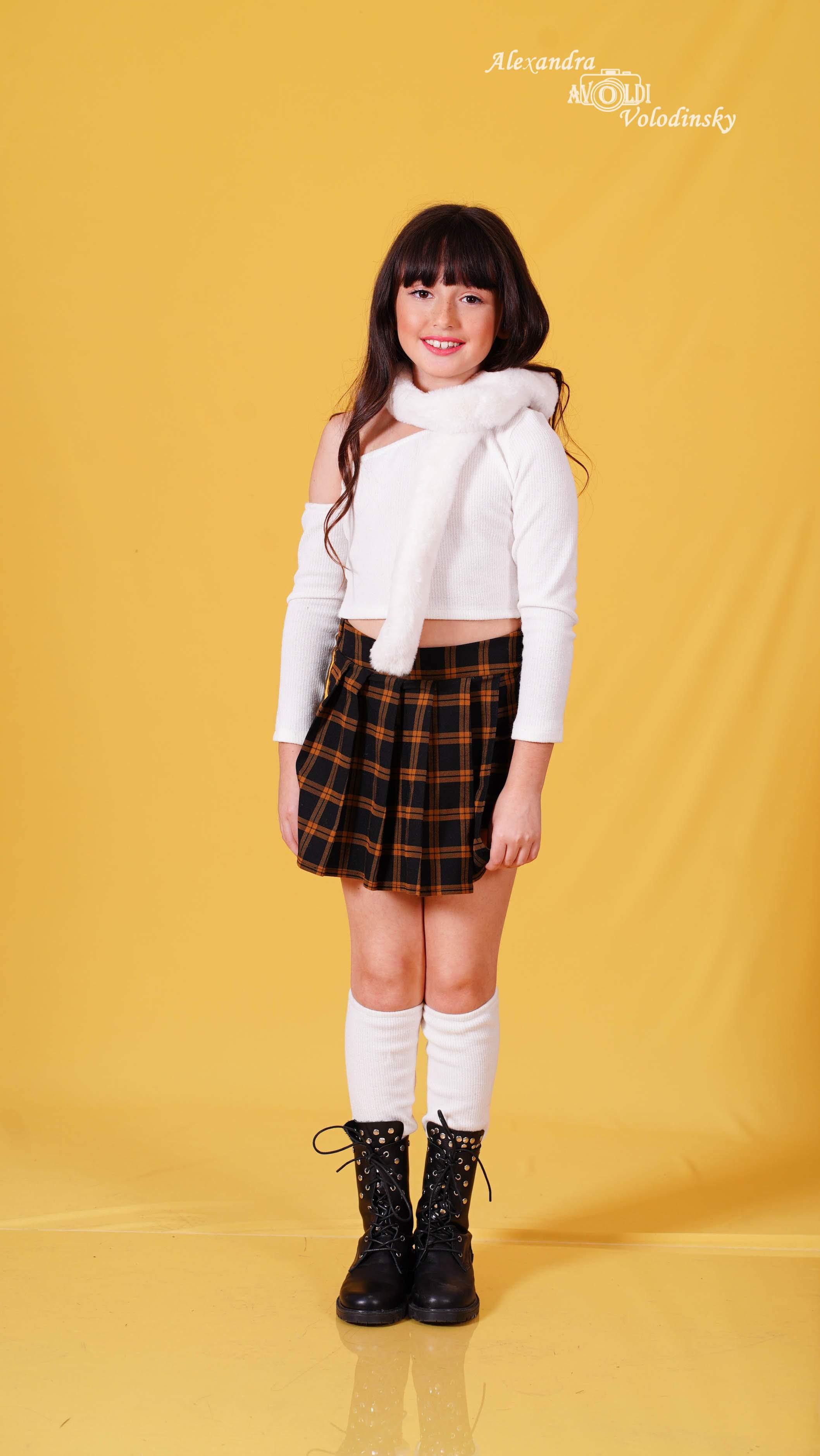 סט חצאית מכנס חולצה חותלות וצעיף פרווה