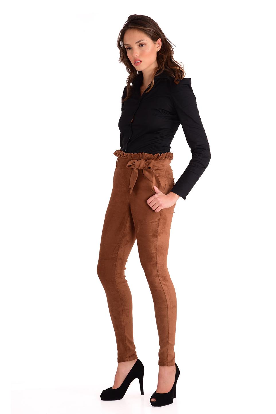 מכנס  צמוד וגבוה בצבע מוקה עם חגורה