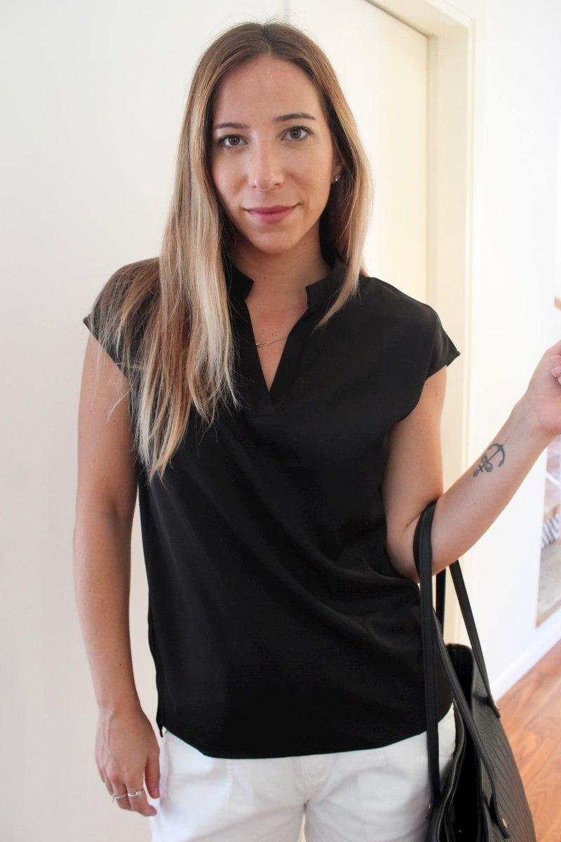 חולצת וי שחורה