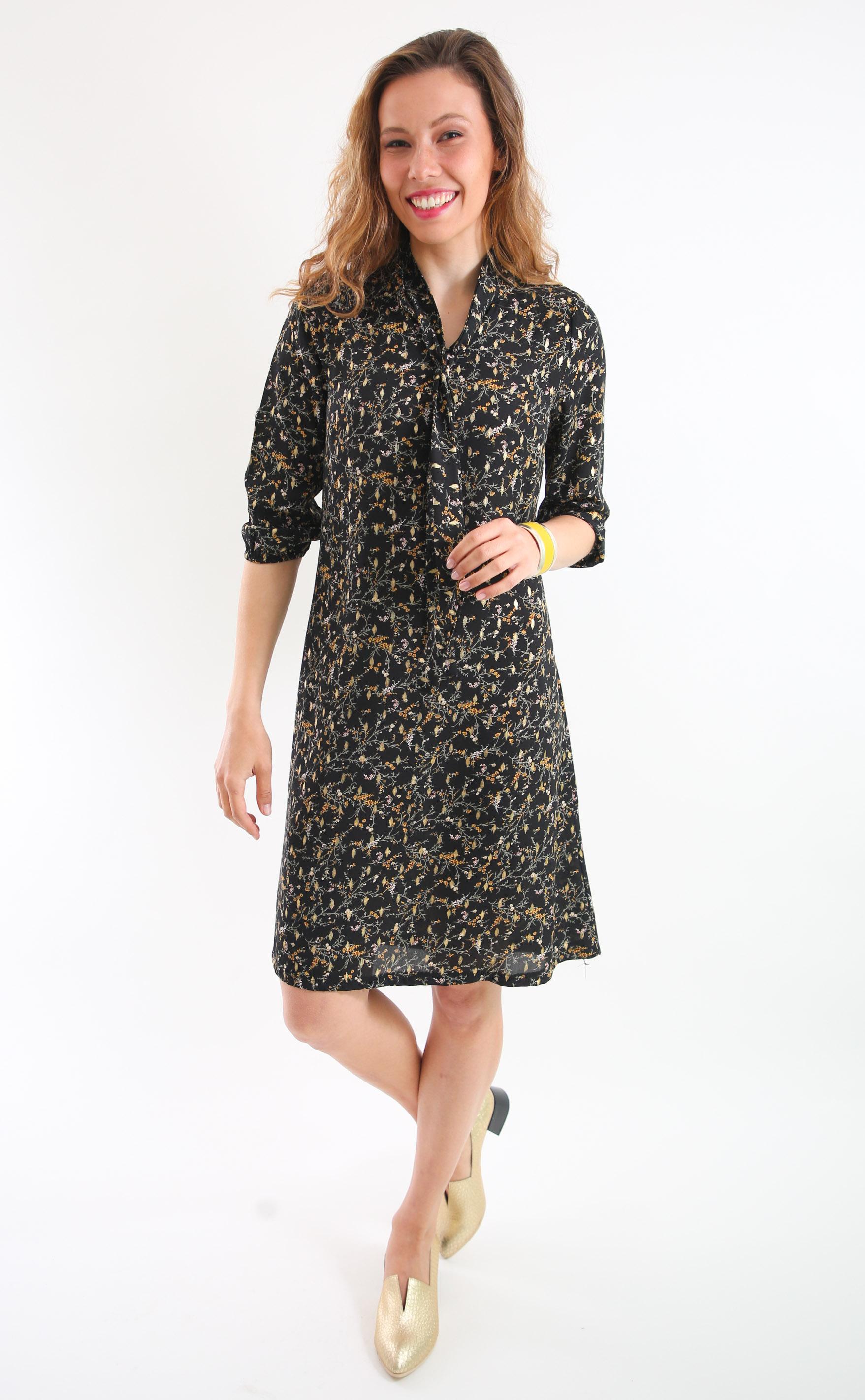 שמלת עירית שחורה עם הדפס פרחוני.