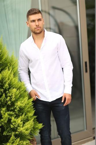 חולצת פשתן אלגנטית מכופתרת לגבר