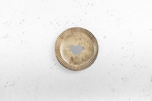 צלחת מתכת עגולה - לב (זהב)