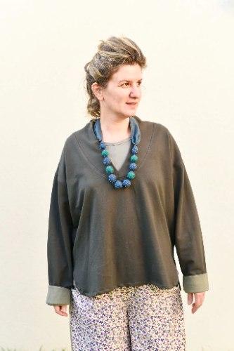 חולצה עליונה מדגם פאני מבד פרנץ׳ טרי בצבע חאקי