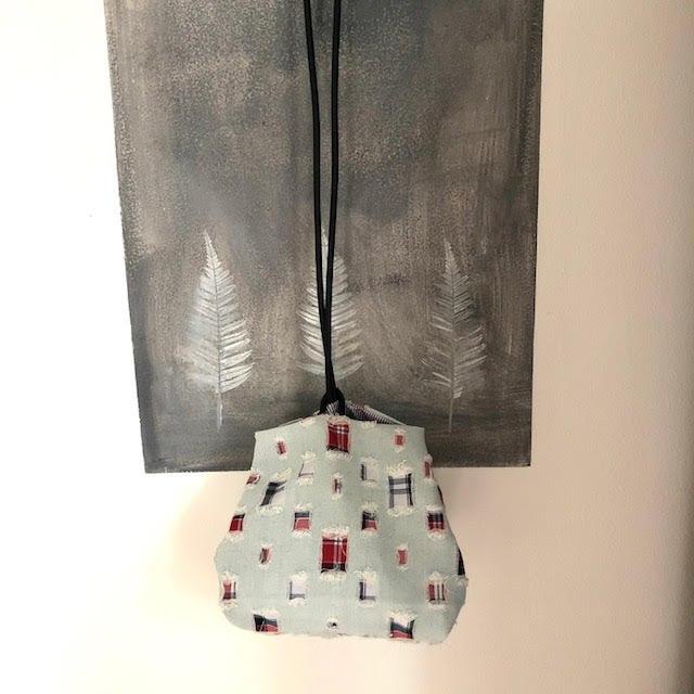 תיק צד יפני בצבע תכלת ואדום מבד עם קרעים קטנים