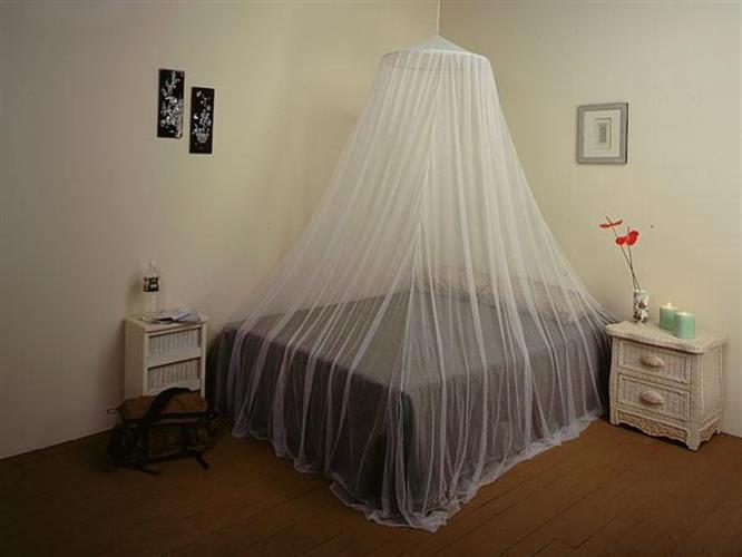 כילה למיטה זוגית הנתלית מהתקרה בקלות.