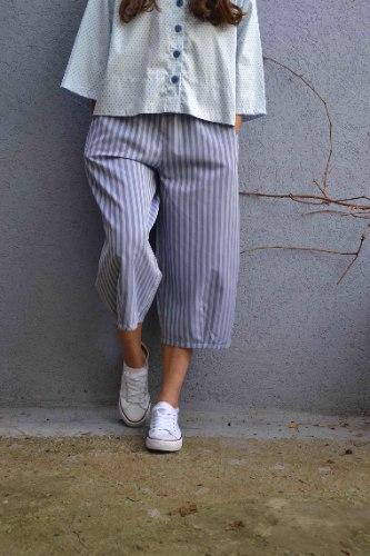 מכנסיים באורך 3/4 מדגם גלי עם פסים לאורך בצבע ג׳ינס-סגלגל