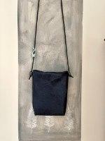 תיק צד כחול מחומר פוליאוריתני עם טקסטורה