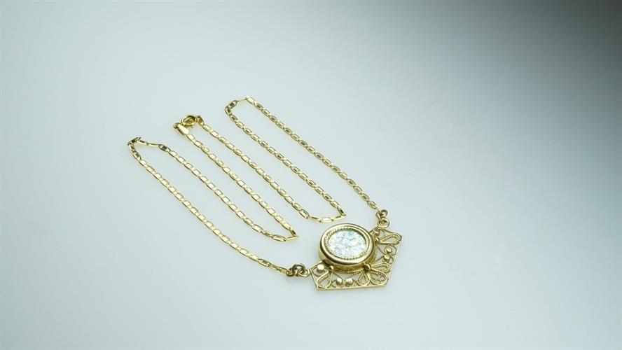 שרשרת ותליון מעוטר זהב משובץ זכוכית רומית
