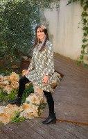 שמלת סופיה ירוקה עם הדפס פרחים סיני וזהב עדין