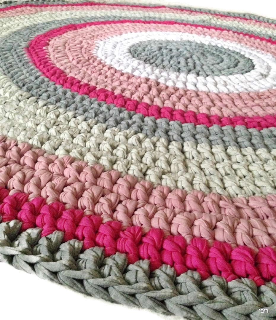 שטיח סרוג בצבעים אפורים בשילוב נגיעות של ורוד