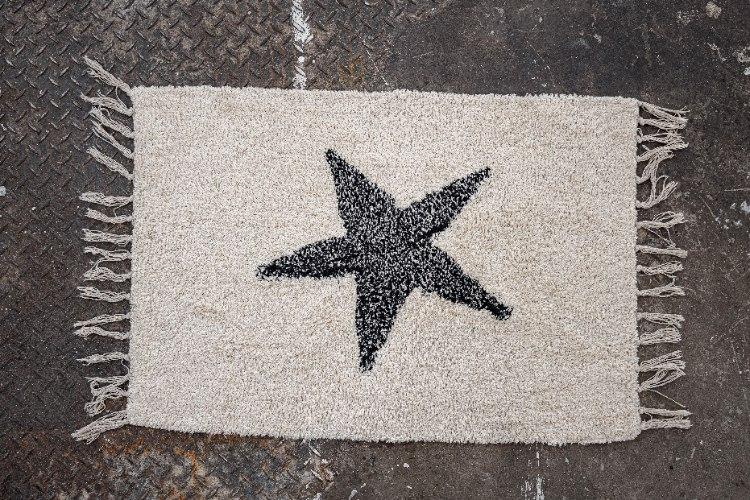 שטיח לבן קטן עם כוכב