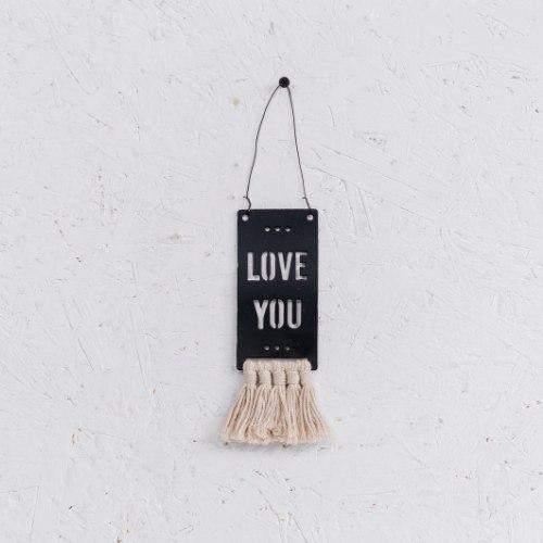 שלט מתכת קטן עם פרנזים (כותנה) - LOVE YOU