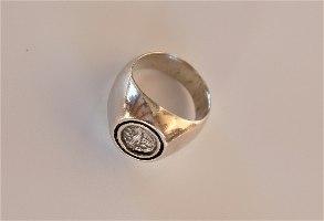 טבעת כסף משובצת במטבע כסף יווני אותנטי עם ינשוף שהוא סמלה של העיר אתונה