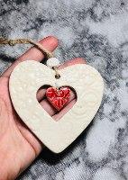 לב גדול עם חלון תחרה