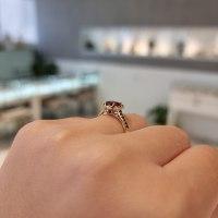 טבעת זהב מרובעת עם רובי ויהלומים שחורים