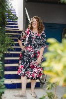 שמלה מדגם דניאלה עם הדפס פרחים בצבעים שחור, לבן, אדום
