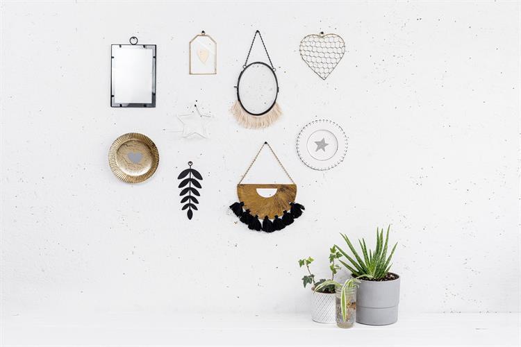 קיר מעוצב עם מגוון אלמנטים שונים