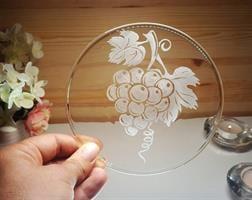 צלחת זכוכית עם חריטה, חריטה על צלחות זכוכית, צלחת מיוחדת, חריטה של גפן וענבים