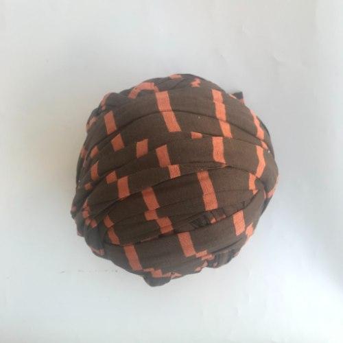 מעודפי ייצור במחירי מבצע  חוטי טריקו פרוסים לסריגה צבע חום וופסים בכתום עדין