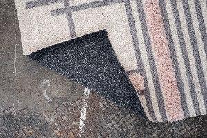 שטיח ארוג בתוספת פרנזים עליו - אפור + ורוד