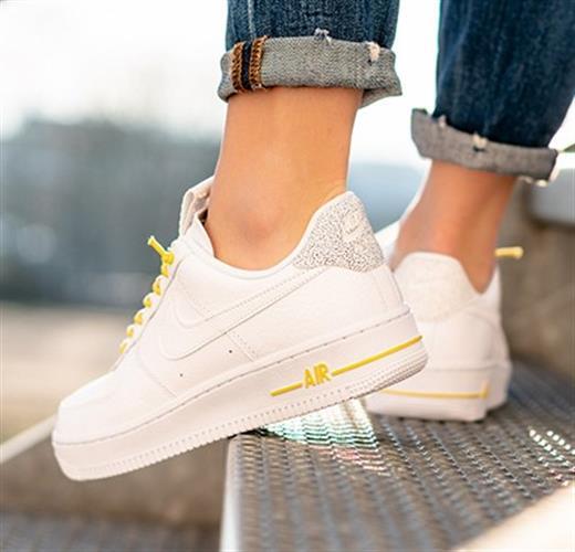 נעלי נשים נייק אייר פורס 1 LV7 צבע לבן/צהוב דגם 898889-104