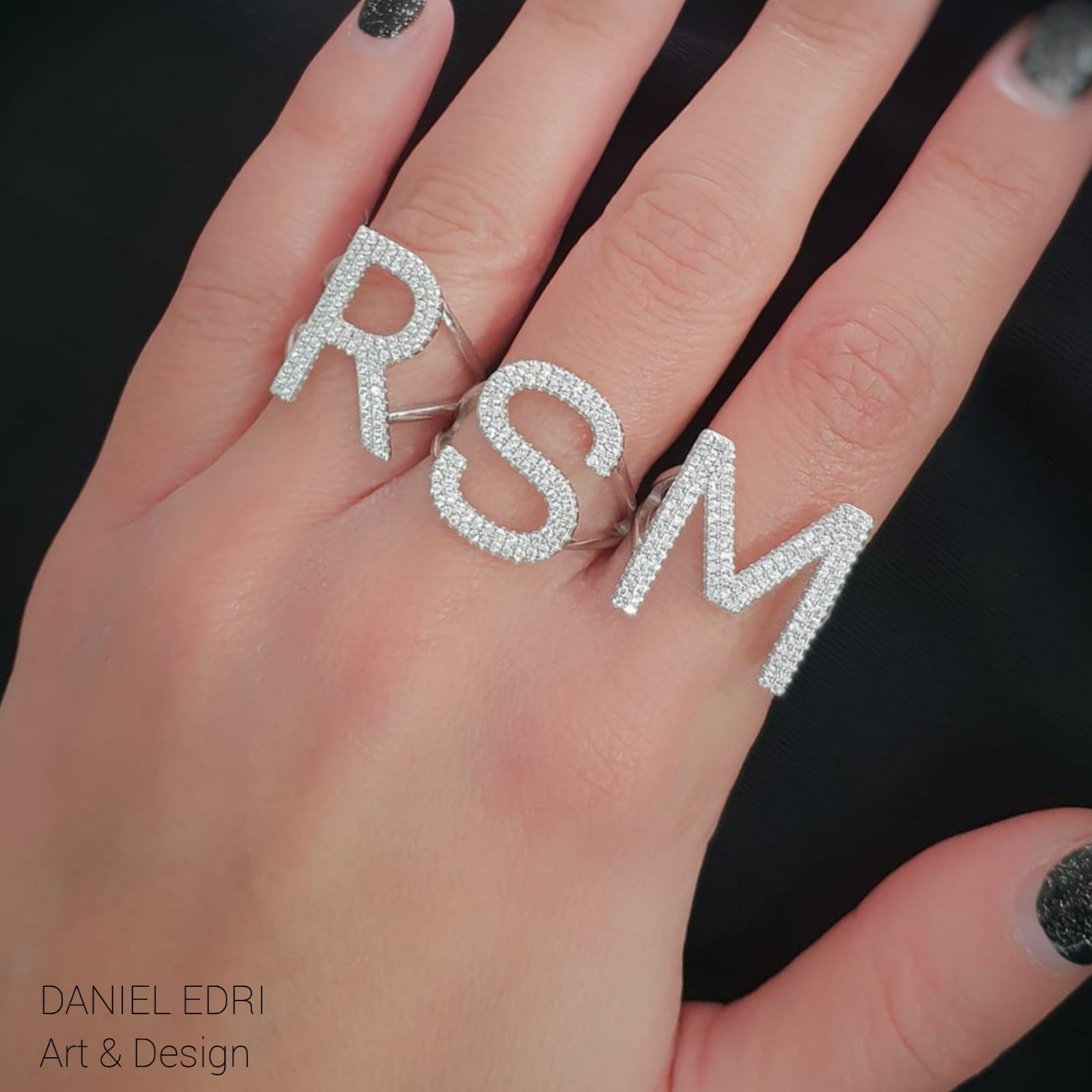 טבעת אות גדולה משובצת