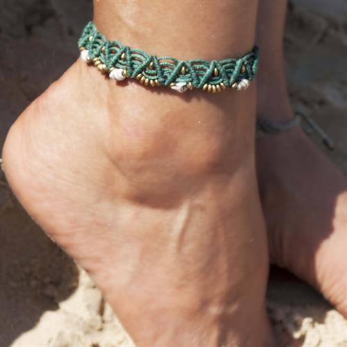 צמיד רגל מקרמה ירקרק עם קונכיות וחרוזי בראס