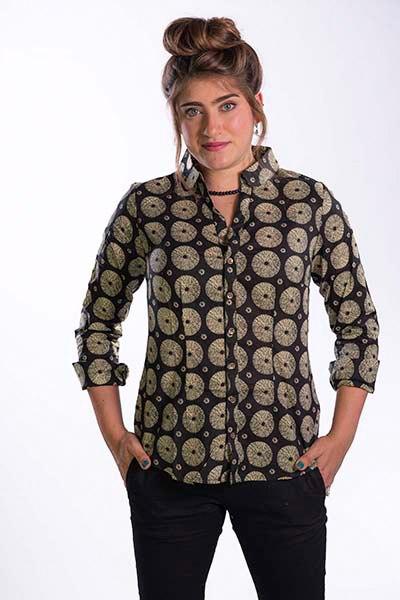חולצת כפתורים וצווארון שחור בז'