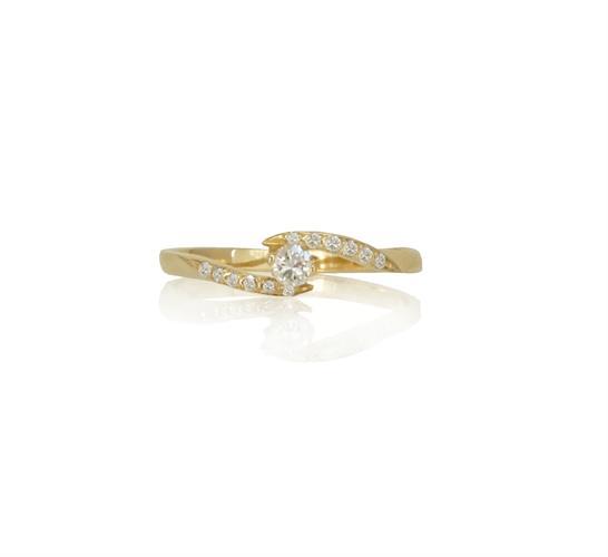 טבעת יהלומים טוויסט │ טבעת יהלומים מעוצבת │ טבעת זהב מעוצבת משובצת יהלומים