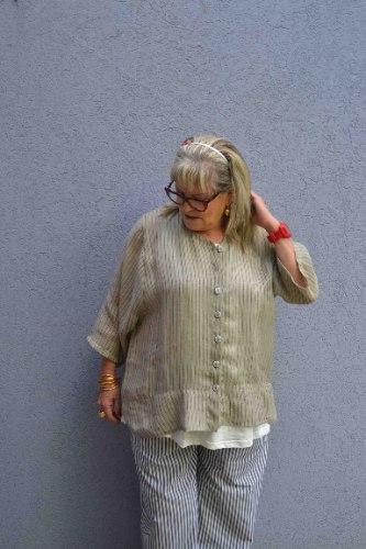 חולצה מכופתרת מדגם אדי בצבע בז׳ עם פסים באפור