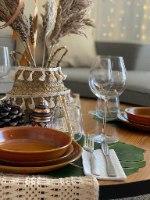 שולחן בוהו שיק למסיבה חומרים טבעיים לבן קש עץ. אביזרים למסיבת בוהו-שיק