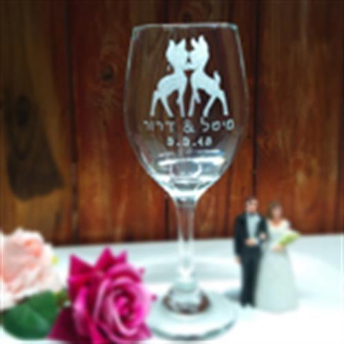 זוג הבמבי על כוס היין הרונמנטית לחופה מתוקה