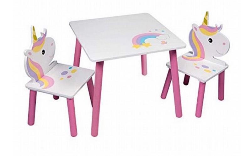 שולחן עם כסאות מעץ חד קרן