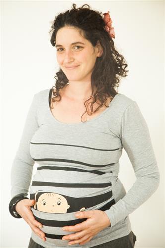חולצת הריון אפורה תינוק מציץ מתוך פסים