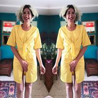 שמלת אייטיז צהובה עם תיקתקים וקשירה במותן מידה S
