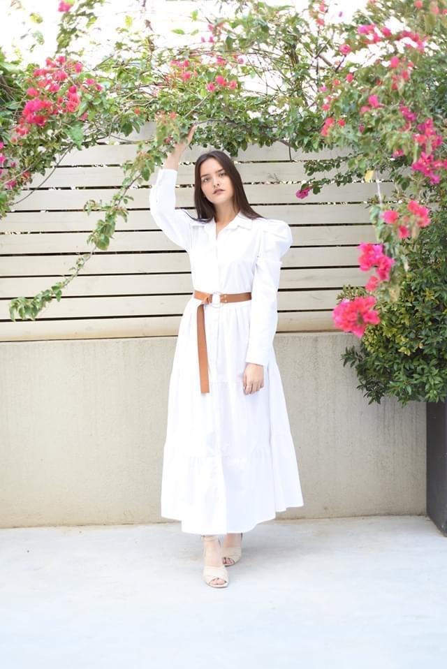 שמלה לבנה עם שרוולים