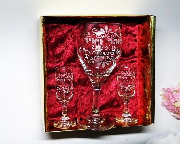 מארז לחתונה | כוס יין לחופה |פמוטים בעיצוב אישי