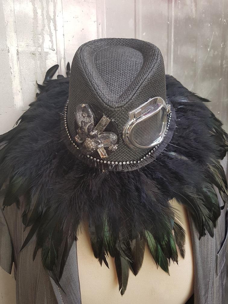 כובע מעוצב לפסטיבל, כובע שחור מעוצב עם נוצות ,כובע מעוצב להופעה