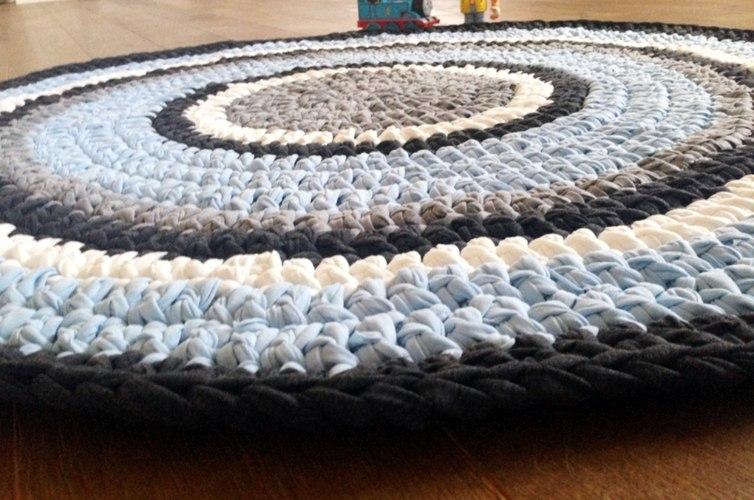 שטיח לחדר הילדים סרוג בחוטי טריקו בגוונים קלאסיים של תכלת וכחול דגם עידו