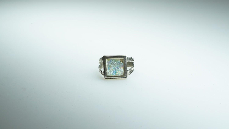 טבעת כסף מושחר משובצת זכוכית רומית