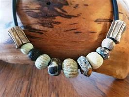 שרשרת קדם 1- שרשרת עור, חרוזים עתיקים וחרוזי כסף בעבודת יד