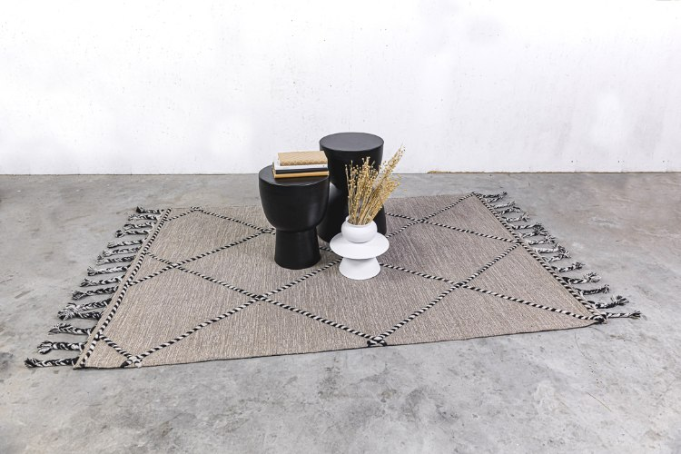 שטיח ארוג עם סיומת צמות - אבן בשילוב שחור