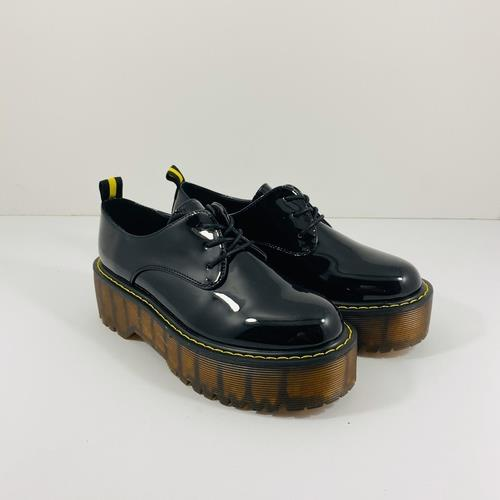 נעל YOUNG סוליה גבוהה בצבע שחור לק