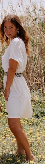 שמלת V לבנה עם חגורה
