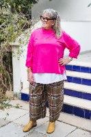 מכנסיים מדגם מיכאלה עם דוגמה של משבצות בצבע חאקי, ורוד ולבן